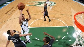 Michael Carter Williams tira al aro frente a los Warriors
