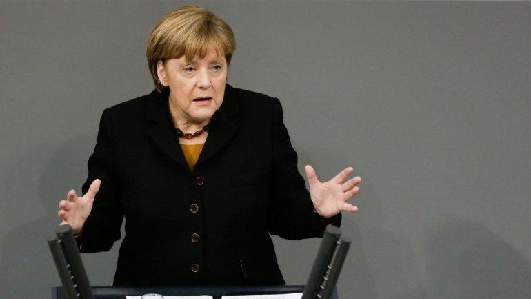 Angela Merkel, obligada a cambiar de rumbo por las críticas