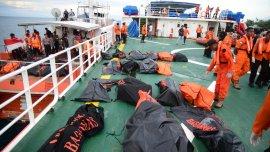 Los cuerpos de las víctimas fatales en uno de los barcos de rescate