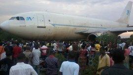 El avión salió de pista y embistió varias viviendas
