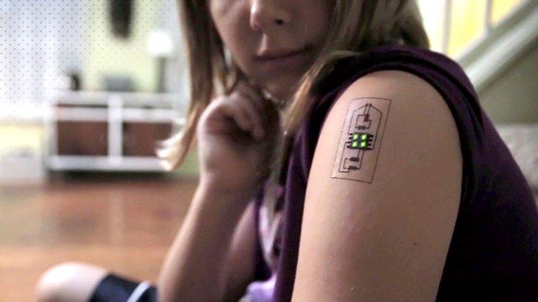 El tatuaje contiene componentes adhesivos y pintura conductora