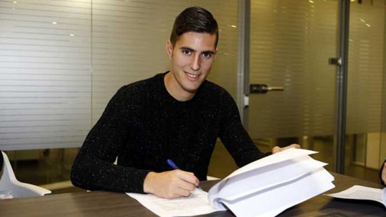 Sergi Guardiola firmando el contrato con el Barcelona