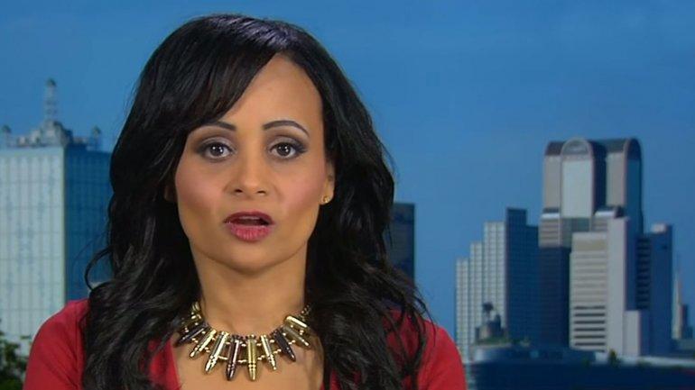 Katrina Pierson lució un collar de ballas durante una entrevista con la CNN