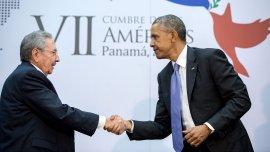 11 de abril de 2015. La culminación de años de conversaciones resultó en este apretón de manos entre el presidente y el presidente cubano Raúl Castro durante la Cumbre de las Américas en la Ciudad de Panamá
