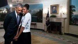 27 de marzo de 2015. La Primera Dama se acurrucó contra el presidente durante la grabación de un vídeo para la Exposición Universal de 2015 en el Salón de Recepciones Diplomáticas de la Casa Blanca