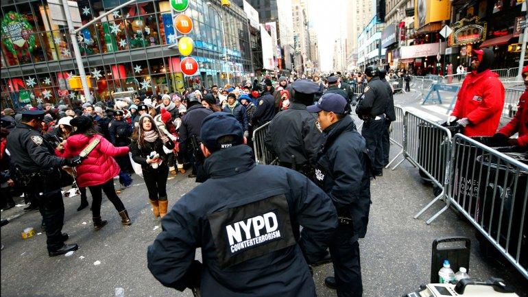 Los oficiales de contraterrorismo acordonaron el área del Time Square en Nueva York en la víspera del Año Nuevo