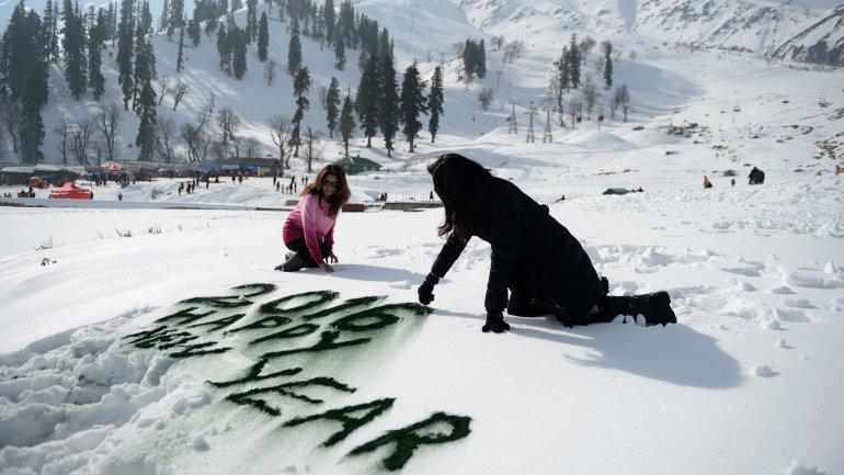 Las nevadas en Kashmir, India, no impiden el festejo de Año Nuevo