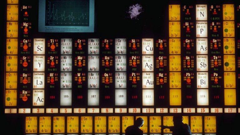 Dos científicos usan una tabla periódica para hablar sobre el elemento holmio en el Lawrence Hall of Science de la Universidad de California en Berkeley