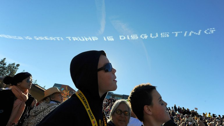 América es grande. Trump es repugnante se lee en el cielo de Pasadena