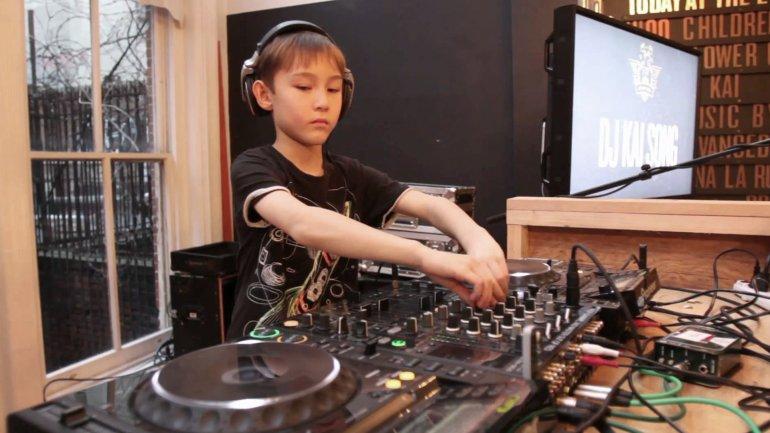 Kai Song haciendo lo que sabe, tocar discos y hacer bailar a la gente