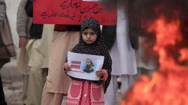 Una niña enPakistánmuestra una foto del clérigo chiítaSheikh Nimr al Nimr, ejecutadoen Arabia