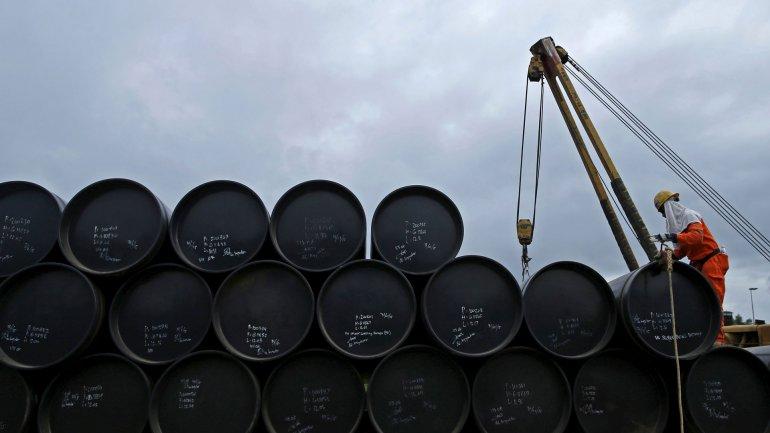 El exceso de oferta de barriles de petróleo provoca que la tendencia a largo plazo sea que los precios continúen bajando.