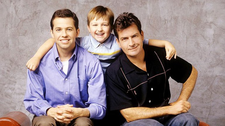 Angus T. Jones rodeado de Charlie Sheen (derecha) y Jon Cryer, en los inicios de Two and a Half Men