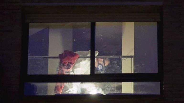 Agentes de seguridad en la vivienda de Girona donde fue hallado el niño muerto