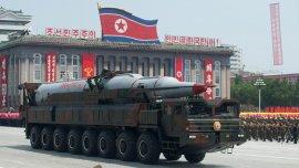Corea del Norte exhibiendo su armamento en un desfile militar