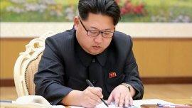 El líder del régimen norcoreano, Kim Jong-un, firma la orden para la prueba nuclear