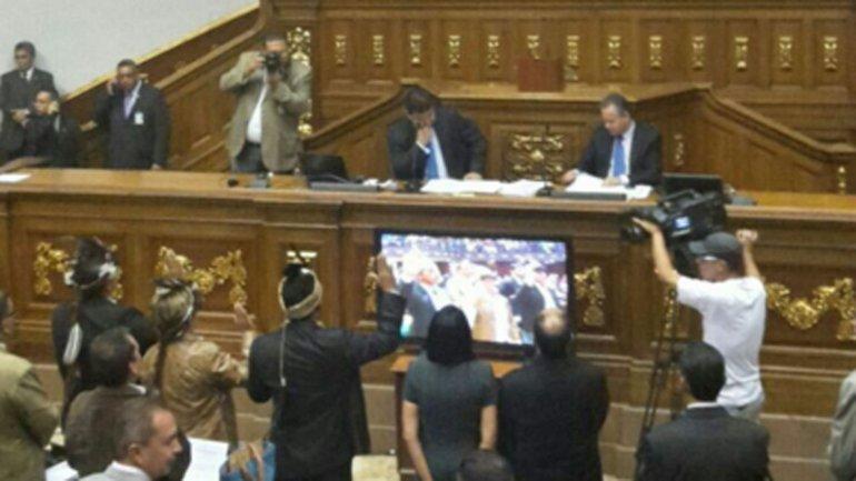 El momento de la jura de los tres opositores en Venezuela