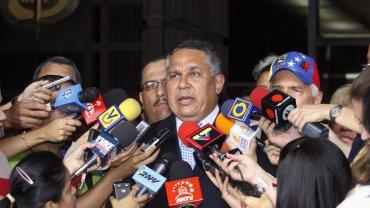 El legislador chavista Pedro Carreño informó a los medios sobre el pedido a la justicia