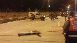 Uno de los atacantes palestinos yace en el piso tras intentar perpetrar un atentado