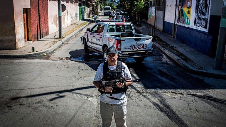 El alcalde de un pequeño pueblo en El Salvador patrulla las calles junto a la policía