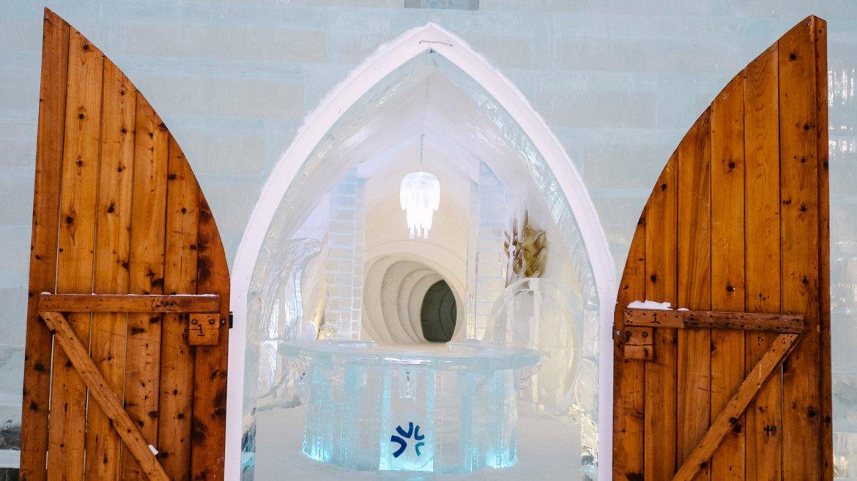 Situado junto a la Villa de Sainte Catherine de la Jacques Cartier en el condado homónimo de la región de Québec, Canadá,  el Ice Hotel es una celebridad por si misma, y único en su tipo en  América