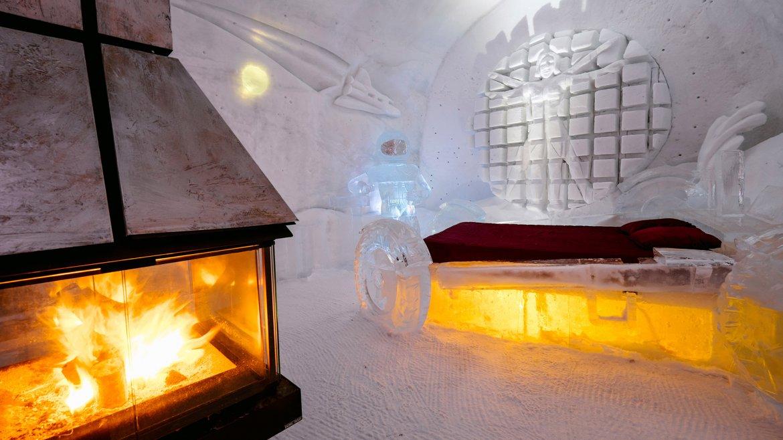 La dualidad entre el fuego y el hielo: una chimenea alimentada con madera destaca al lado de la cama, constuida íntegramente con hielo