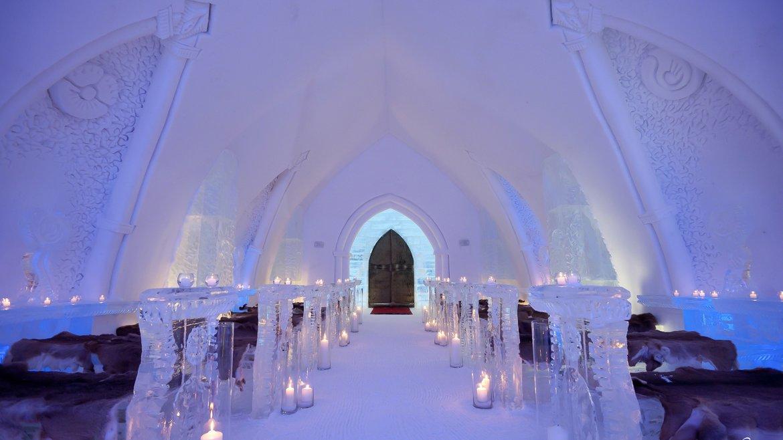 Esta maravilla arquitectónica construida íntegramente con hielo cuenta con 36 habitaciones temáticas, con un promedio de 350 dólares la noche como costo
