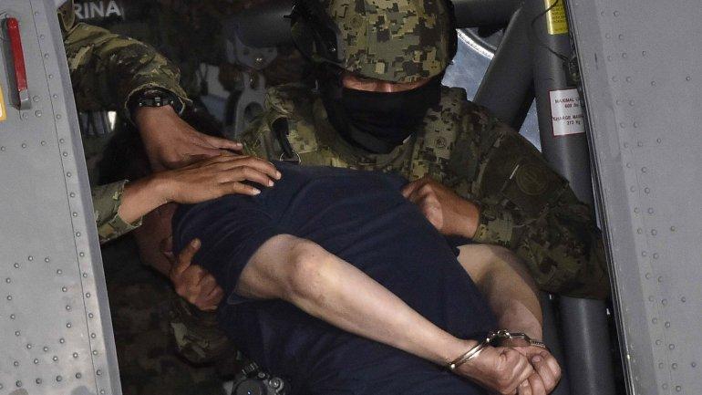 """""""El Chapo"""" sube al helicóptero que lo llevó a la prisión de máxima seguridad del Altiplano"""