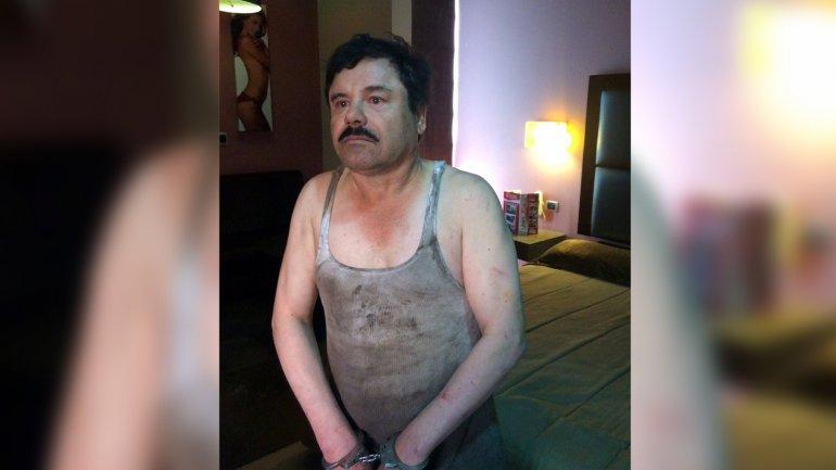 El Chapo esposado en el hotel Doux, tras escapar por un túnel y ser capturado en la carretera