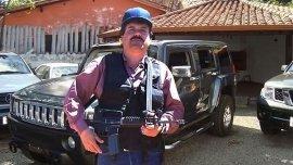 El Chapo Guzmán con un fusil en mano