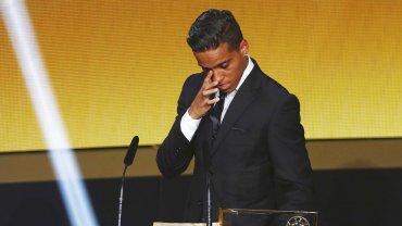 La emoción de Wendell Lira tras recibir el premio al mejor gol