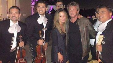 Kate del Castillo junto a Sean Penn y un grupo de mariachis en un hotel de Guadalajara