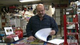 Lance Perkins con una copia impresa de los más de $7,000 dólares en gastos de tarjeta de crédito.