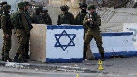 Soldados israelíes montan guardia en el lugar donde este jueves intentaron atacar a un uniformado