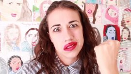 Colleen Ballinger Evans interpeta el personaje de Miranda Sings