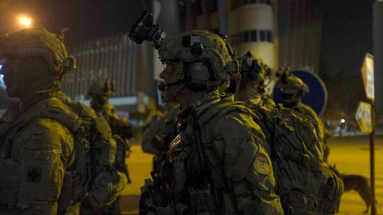 Las fuerzas francesas, junto con las de Burkina Faso, combaten en las inmediaciones del hotel contra los terroristas