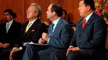 Raúl Morodo, ex embajador de España en Venezuela, junto a José Bono y el ex presidente Hugo Chávez