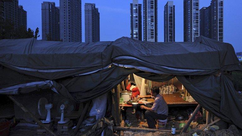 Un obrero cena en su refugio cerca de la zona de rascacielos en Hefei, provincia de Anhui, China