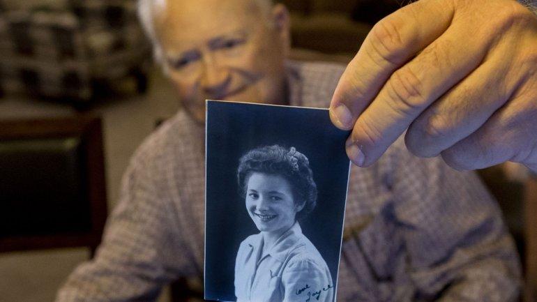 Norwood Thomas sostiene una fotografía de Joyce Morris con quien mantuvo un romance durante la Segunda Guerra Mundial. Setenta años después volverán a encontrarse.