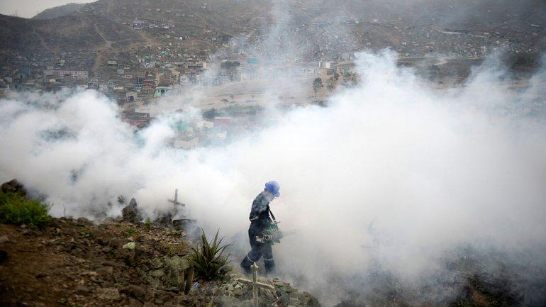 En Perú fumigaron el cementerio Nueva Esperanza, en las afueras de Lima