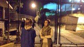 Lilian Tintori junto a Antonieta Mendoza, la madre de Leopoldo López, en la puerta de Ramo Verde