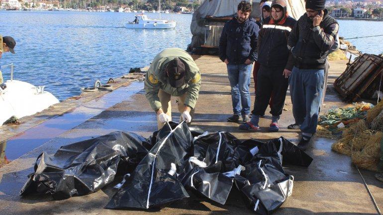 Rescatistas ubican los restos de los inmigrantes fallecidos en una lancha guardacostas turca