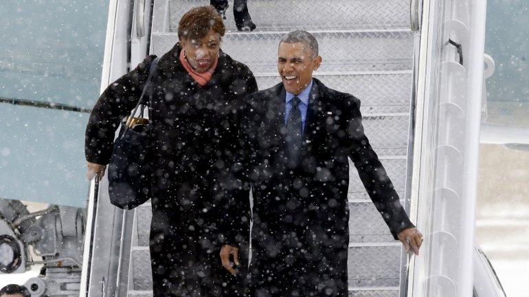 Barack Obama y la congresista Brenda Lawrence arriban a Detroit en medio de una nevada