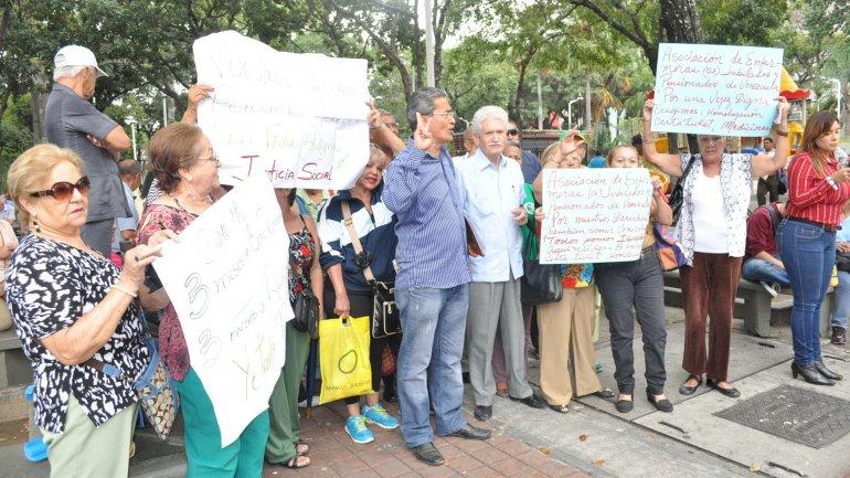 Los jubilados venezolanos en el exterior reclaman cobrar sus haberes