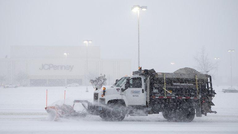 Los camiones ya empezaron a sacar la nieve en Virginia