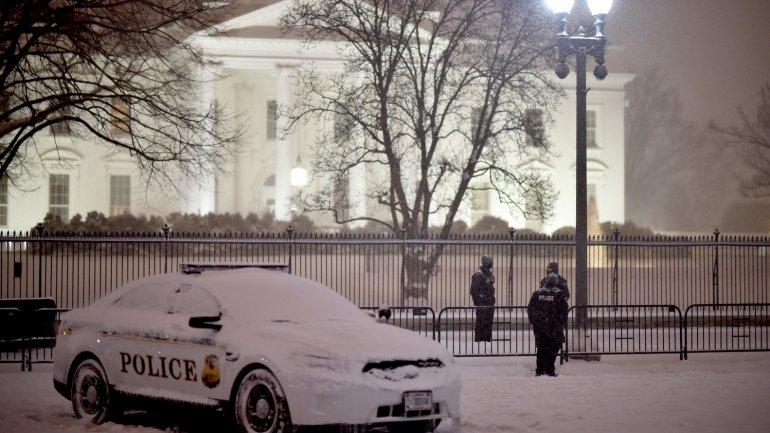 Un patrullero cubierto de nieve frente a la Casa Blanca