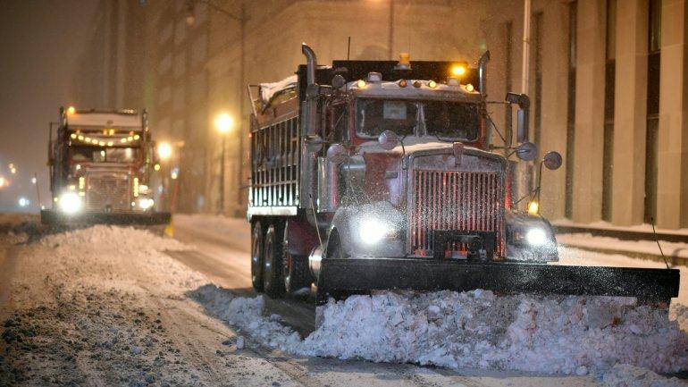 Camiones limpian los caminos en la capital norteamericana a causa de la súper nevada Jonas