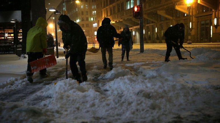 Trabajadores quitan la nieve de las calles en Washington