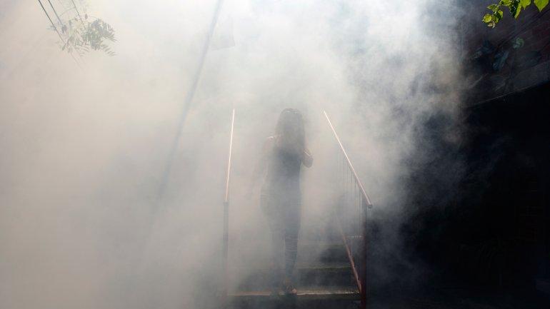 Una de las medidas tomadas por el gobierno fue realizar fumigaciones para matar al mosquito que transmite el virus del zika