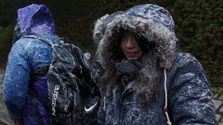 Excursionistas en la montaña Tai Mo Shan, donde se registraron temperaturas bajo cero